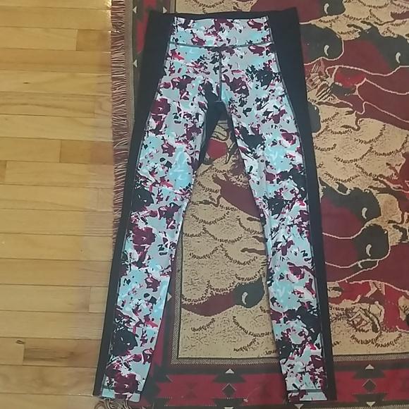 eb870da422354 🐰Under Armour patterned leggings. M_5ca9da1a8d6f1a6f32ed0fd8